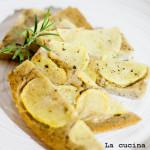 Schiacciata con patate aromatizzata al rosmarino e salvia
