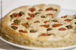 Focaccia pugliese pomodorini olive
